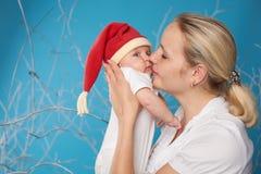 Barnet fostrar med hennes sötsak behandla som ett barn royaltyfria foton