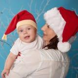 Barnet fostrar med hennes sötsak behandla som ett barn royaltyfria bilder