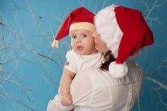 Barnet fostrar med hennes sötsak behandla som ett barn arkivbilder