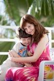 Barnet fostrar med sonen Royaltyfria Foton