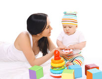 Barnet fostrar och behandla som ett barn att spela med leksaker Arkivbilder
