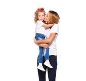 Barnet fostrar och hennes lilla dotter som isoleras på vit royaltyfria foton