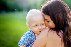 Barnet fostrar och hennes lilla son Fotografering för Bildbyråer