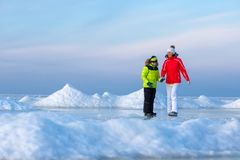 Barnet fostrar och hennes son på den iskalla stranden royaltyfria bilder