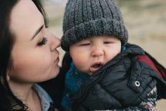 Barnet fostrar och hennes utomhus- son Royaltyfri Fotografi