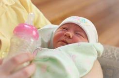 Barnet fostrar, och nyfött behandla som ett barn royaltyfri foto