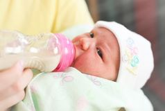 Barnet fostrar, och nyfött behandla som ett barn arkivbilder