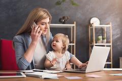 Barnet fostrar samtal på telefonen, och spendera tid med behandla som ett barn royaltyfri fotografi