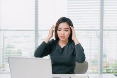 Barnet frustrerade kvinnahuvudvärk under arbete på kontoret Royaltyfri Bild