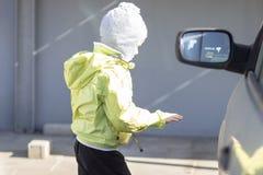 Barnet går att få in i bilen Pojke nära bilen royaltyfri foto