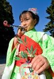 barnet går den japanska kimonosan shichien Arkivfoto