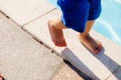 Barnet går upp fot tätt Arkivfoto