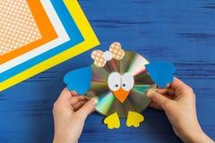 Barnet gör fågeln från CD Moment 15 Royaltyfria Foton