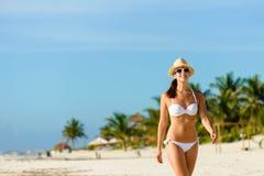 Barnet garvade kvinnan som går på den tropiska karibiska stranden Fotografering för Bildbyråer
