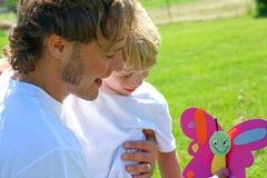 Barnet ger fadern Homemade Gift Royaltyfri Fotografi