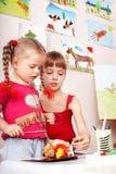 barnet gjuter plasticine Fotografering för Bildbyråer