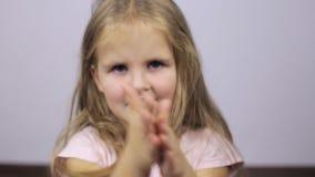 Barnet gnider hans framsida lager videofilmer