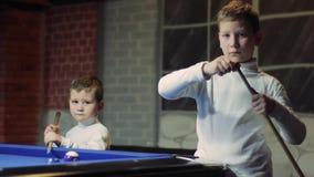 Barnet gnider stickrepliken Baby som förbereder sig att slå bollen stock video