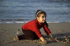 Barnet gråter på stranden Arkivfoton