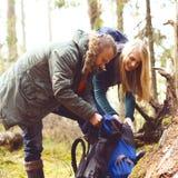 Barnet härliga par som stoppas för ett avbrott i skog, campar, touen Arkivbilder