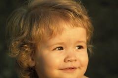 Barnet håller ögonen på solnedgången Ståenden av behandla som ett barn solig dag Royaltyfri Fotografi