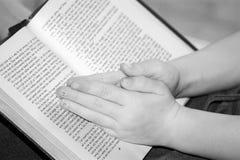barnet hands bön s Royaltyfri Fotografi