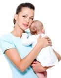 barnet hands den nyfödda modern Royaltyfria Bilder