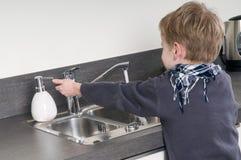 barnet hands hans tvätt royaltyfria bilder