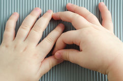 barnet hands litet Arkivbild