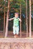 Barnet hoppar ner Arkivbild