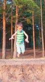 Barnet hoppar ner Arkivfoton