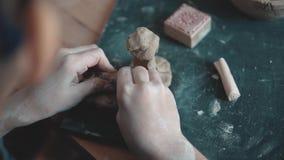 Barnet hugger lerahantverket lilla flickan är förlovad i krukmakeri arkivfilmer