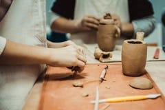 Barnet hugger produkten från rå lera fotografering för bildbyråer