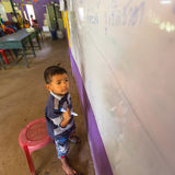Barnet i kurs på skolan av kambodjanska ungar för projektet att bry sig Royaltyfri Foto