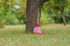 Barnet i parkeralekarna Arkivbilder