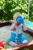 Barnet i sandlådan Arkivbild