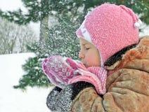 Barnet i varm kläder utomhus Royaltyfria Foton