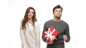 barnet 4k kopplar ihop i tröjor tycker om att dansa firar för julgyckel som känner tillsammans dragningen lager videofilmer