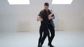 Barnet kopplar ihop att dansa salsan på dansstället stock video