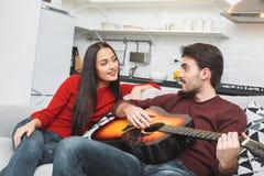 Barnet kopplar ihop att ha den romantiska hemaftongrabben som spelar melodi arkivbilder