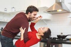 Barnet kopplar ihop att ha romantisk hemafton i kökdansen royaltyfri fotografi