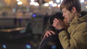 Barnet kopplar ihop att krama och att kyssa på gatan, det romantiska datumet, först riktig förälskelse lager videofilmer