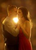Barnet kopplar ihop att kyssa den förälskad, kvinna- och mandatummärkningen, lycklig flicka Arkivbilder