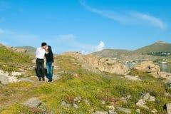 Barnet kopplar ihop att kyssa på det lilla berget Royaltyfri Fotografi