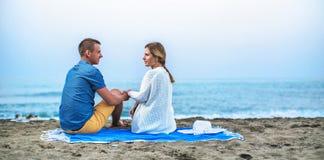 Barnet kopplar ihop att tycka om romantisk afton på stranden arkivbilder