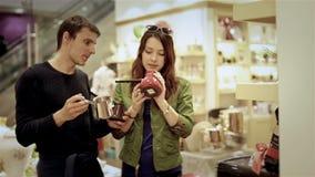 Barnet kopplar ihop att välja turkiskt kaffe för cezve i galleria stock video
