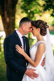Barnet kopplar ihop, bruden och brudgummen som går och tycker om deras bröllopdag solsken Sommar Fotografering för Bildbyråer