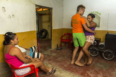 Barnet kopplar ihop danssalsa i fattigt hus i La Guajira, Colombia royaltyfri fotografi