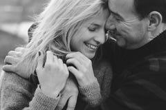 Barnet kopplar ihop den förälskade kramen Le förälskade par utomhus Arkivfoton