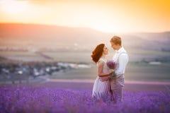 Barnet kopplar ihop den f?r?lskade bruden och brudgummen, br?llopdag i sommar Tyck om ett ?gonblick av lycka och f?r?lskelse i et royaltyfri bild